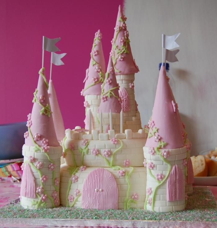 gateau piece montee, chateau en blanc et rose avec plusieurs tours couvertes de pâte à modeler