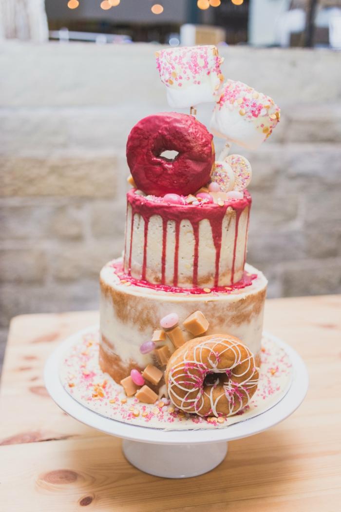 gateau design décoré avec marshmallow, donuts et bonbons, gateau naked cake deux étages