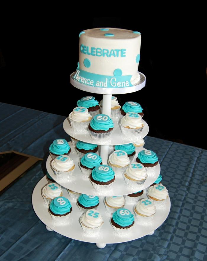 présentoir de gâteau superbe blanc, cupcakes à glaçage blanc et bleu, gateau d'anniversaire personnalisé