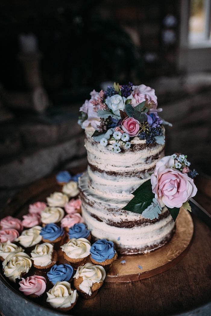 Gateau au chocolat idée gateau de mariage, image de gateau pour mariage, décoration fleurs, cupcakes avec iceing rose