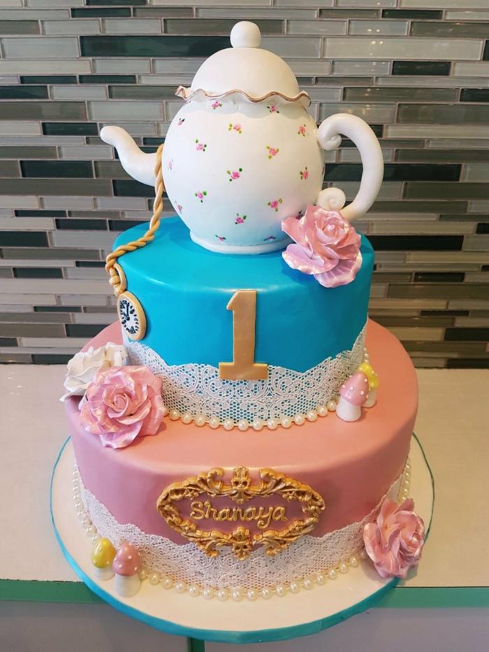 gateau anniversaire fille, théière vintage sculptée avec pâte, horloge, fleurs et champignons