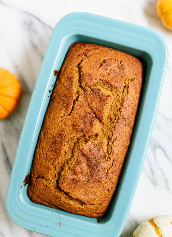recette rapide de pain à la citrouille nature parfait pour un petit-déjeuner sain et équilibré, un pain gateau a la citrouille moelleux et parfumé
