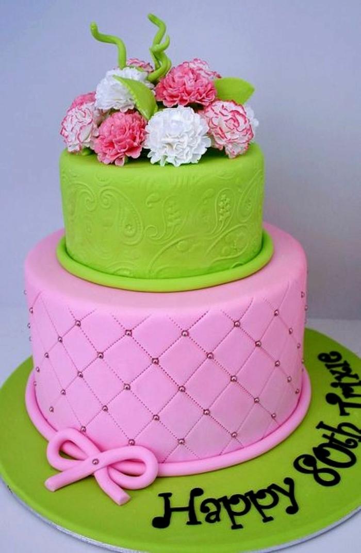 gateau en rose et vert de deux étages, joli gateau creation décoré de fleurs et personnalisé
