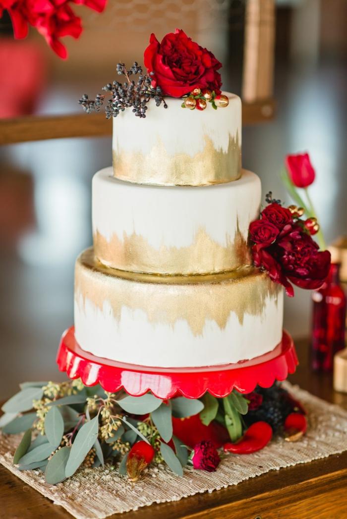 gateau à trois étages, roses rouges, gateau anniversaire adulte élégant avec déco florale