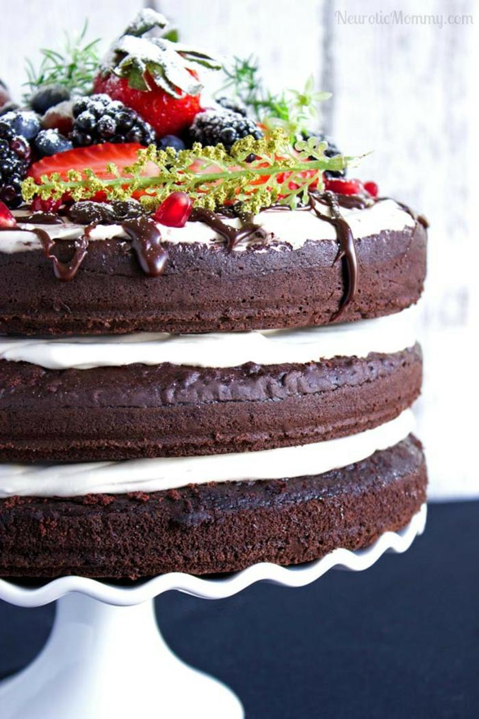 gateau anniversaire chocolat trois étages, génoise au cacao, crème vanille, garniture avec fruits frais