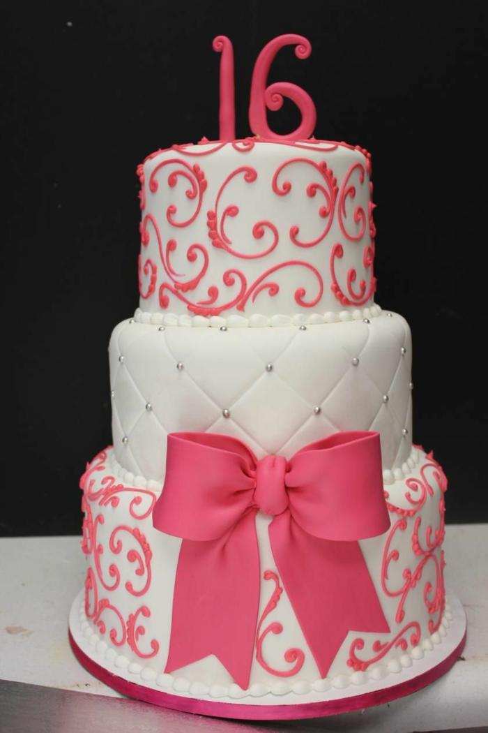piece montee en rose et blanc, ruban rose, gateau d'anniversaire personnalisé