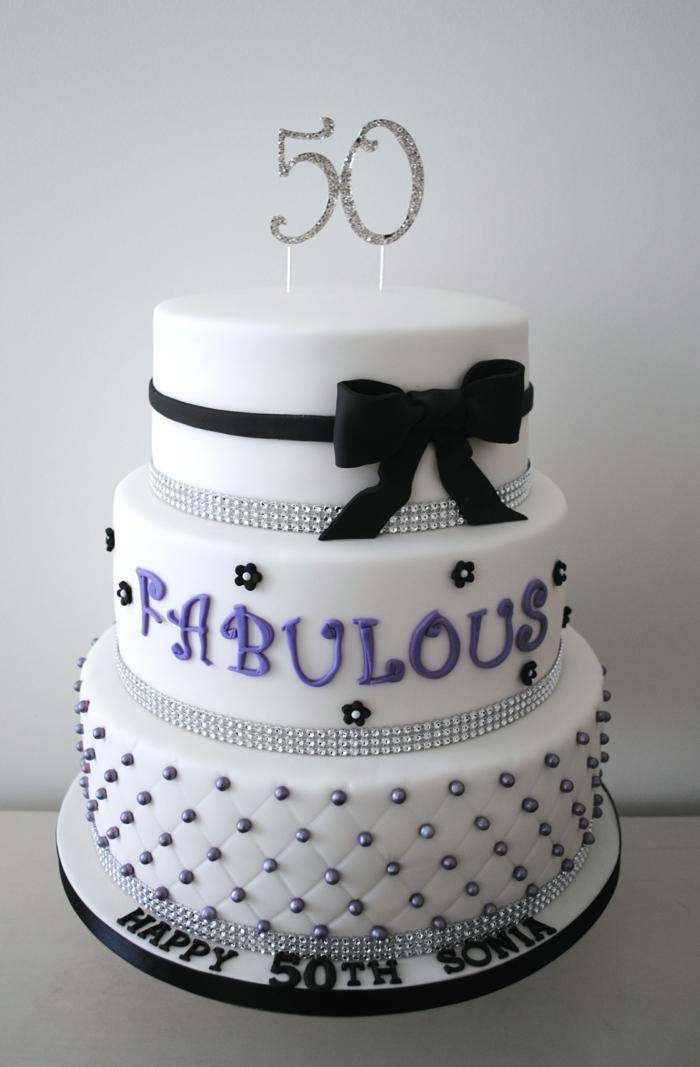 gateau anniversaire adulte blanc ornementé, ruban noir modelé en pâte et scripts