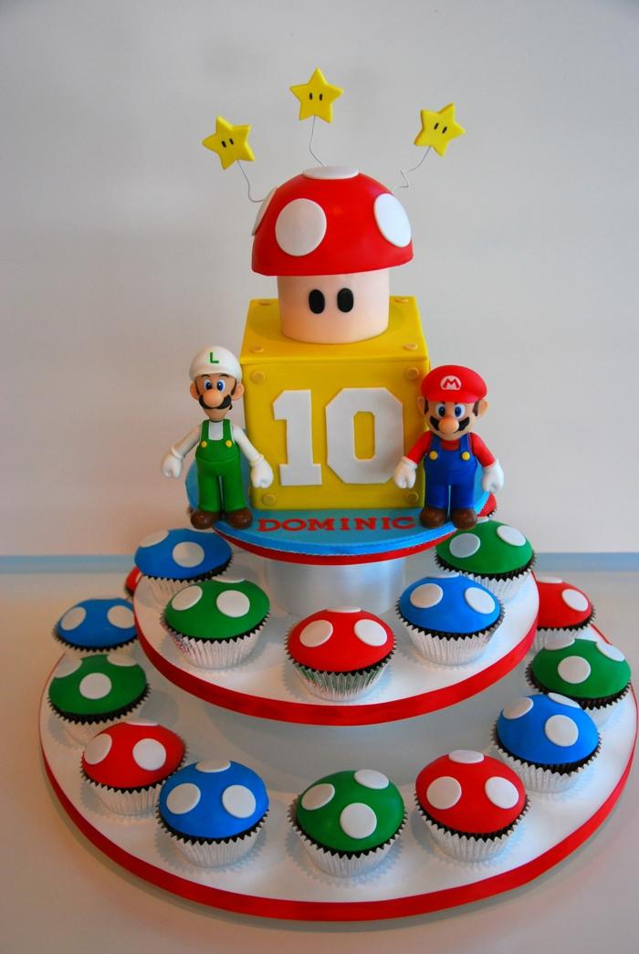 gateau anniversaire garçon, gateau cupcake plusieurs étages, champignon rouge et blanc au top