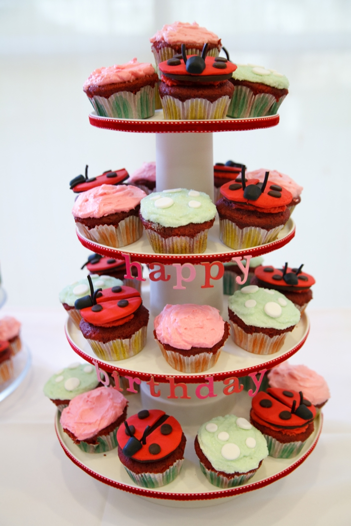 gateau à cupcakes coccinelle, gateau à quelques étages avec inscription festive