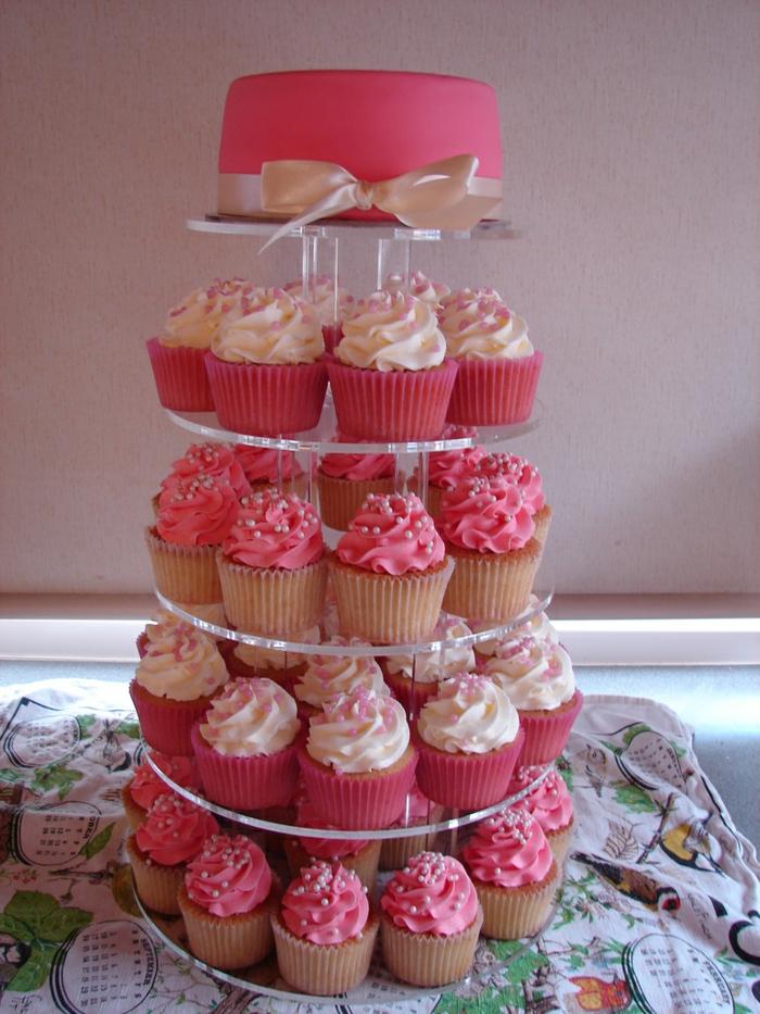 gateau de cupcakes roses et blancs, sculpture avec pâtisseries et assiette de présentation
