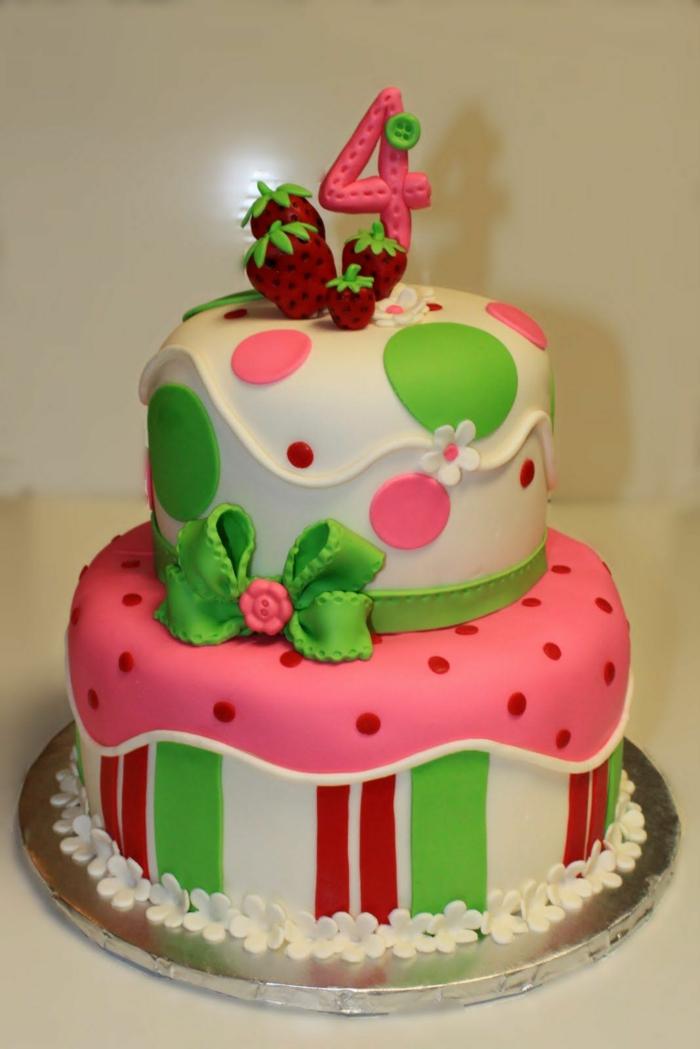pièce montée d'anniversaire en rose, blanc et vert, fraises rouges au top, décoration pois rouges