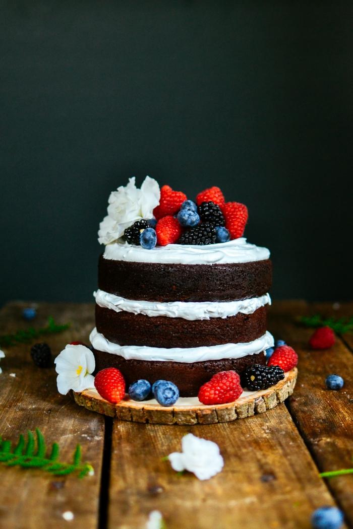 photo de gateau d'anniversaire fait maison, joli cake décoré de fruits rouges et de fleurs blanches