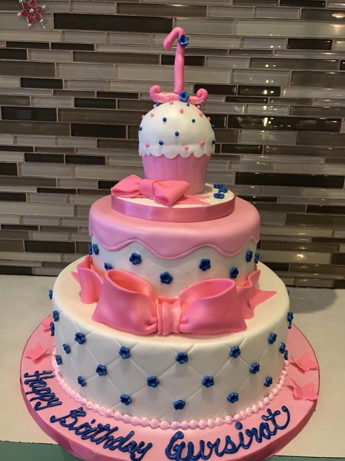 joli gateau rose et blanc, gateau creation aux fleurs bleues pour l'anniversaire d'une petite fille