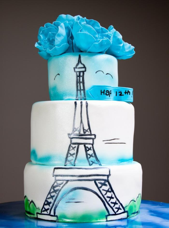 gateau de trois niveaux avec dessin de tour eiffel, fleurs en pâte bleue, gateau anniversaire adulte