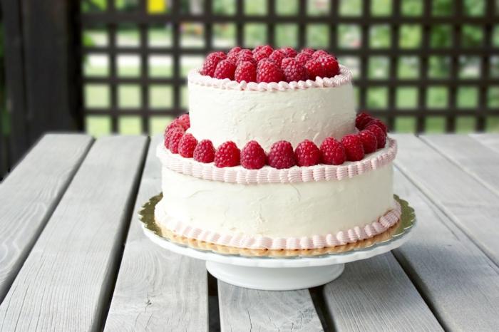 gateau piece montee blanche, framboises fraîches, gateau couvert de crème vanille