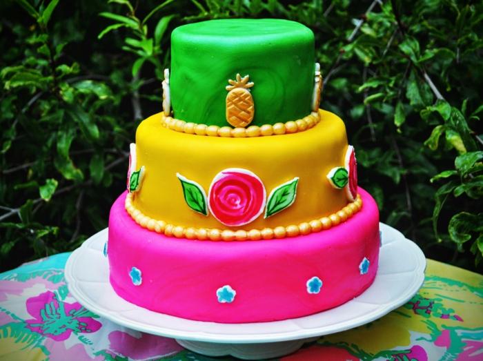 gateau creation sur trois étages, déco avec ananas et roses dessinés, cake en rose, jaune et vert
