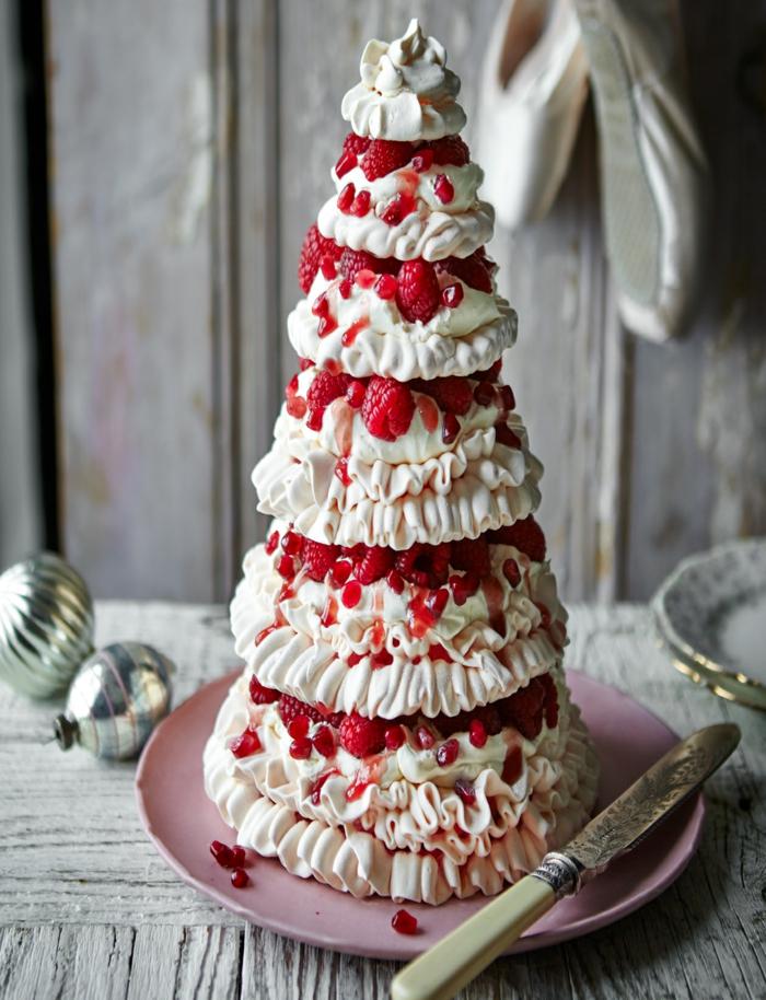 jolie tour de crème blanche et de fruits rouges, assiette rose, jouets de noel