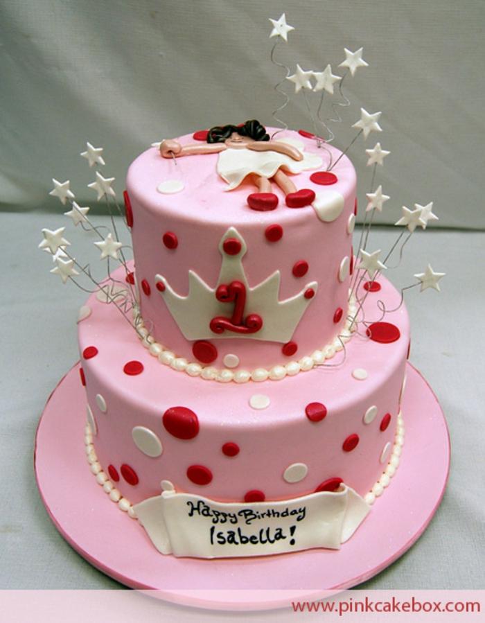 gateau de deux étages, gateau d'anniversaire personnalisé, nappage de pâte rose, pois rouges et blancs, figurine