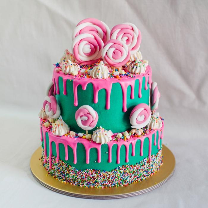gateau en rose et vert, sucettes en rose et blanc, joli gateau de deux étages, pièce montée anniversaire