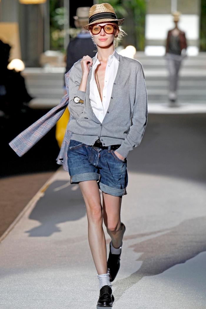 idée avec quoi porter des derbies, shorts en denim assortis avec un gilet gris et une chemise blanche, chaussettes apparentes avec derbies noirs