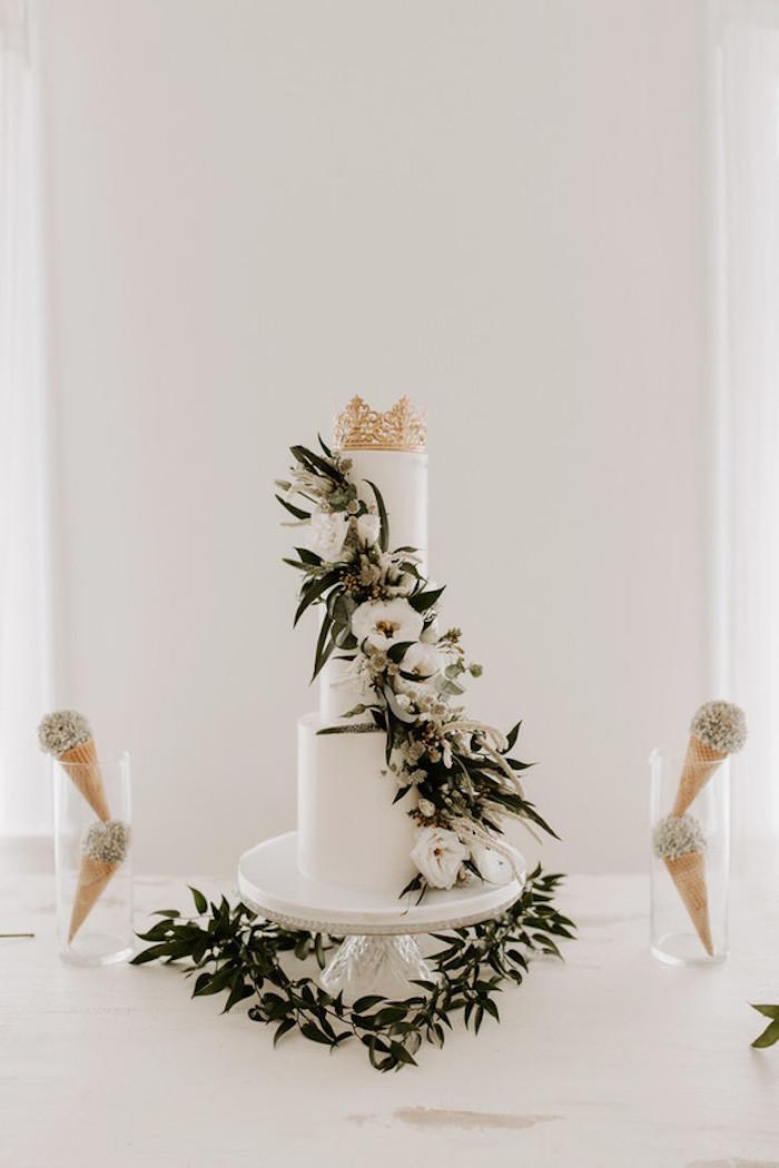 Gâteau mariage magique, image de gateau thématique pour mariage boheme chic, glaces, figurine de couronne en top pour deco mignonne