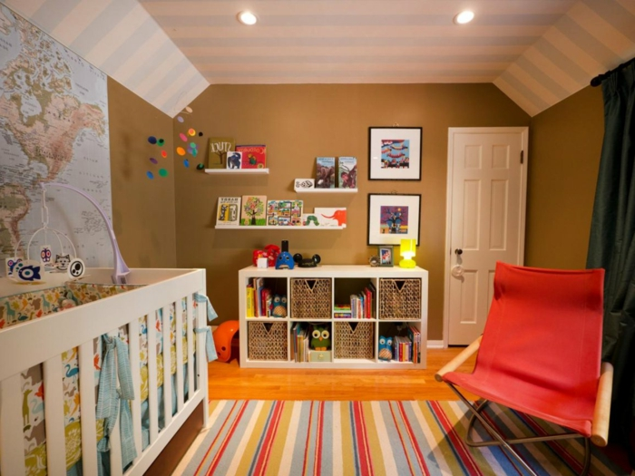 peinture chambre enfant, tapis rayé, lit bébé blanc, chambre garcon bebe