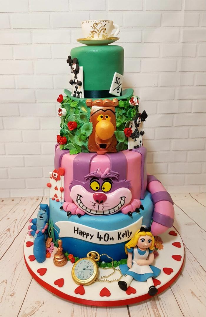 gâteau animaux coloré, quatre étages, sculptures animaux et tasse à café, gateau amusant pour le quarantième aniversaire