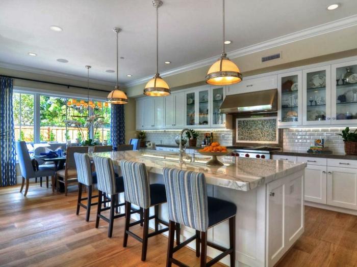 jolies lampes pendantes, comptoir de cuisine blanc avec plateau marbré, separation cuisine salon, sol de bois, crédence carreaux métro