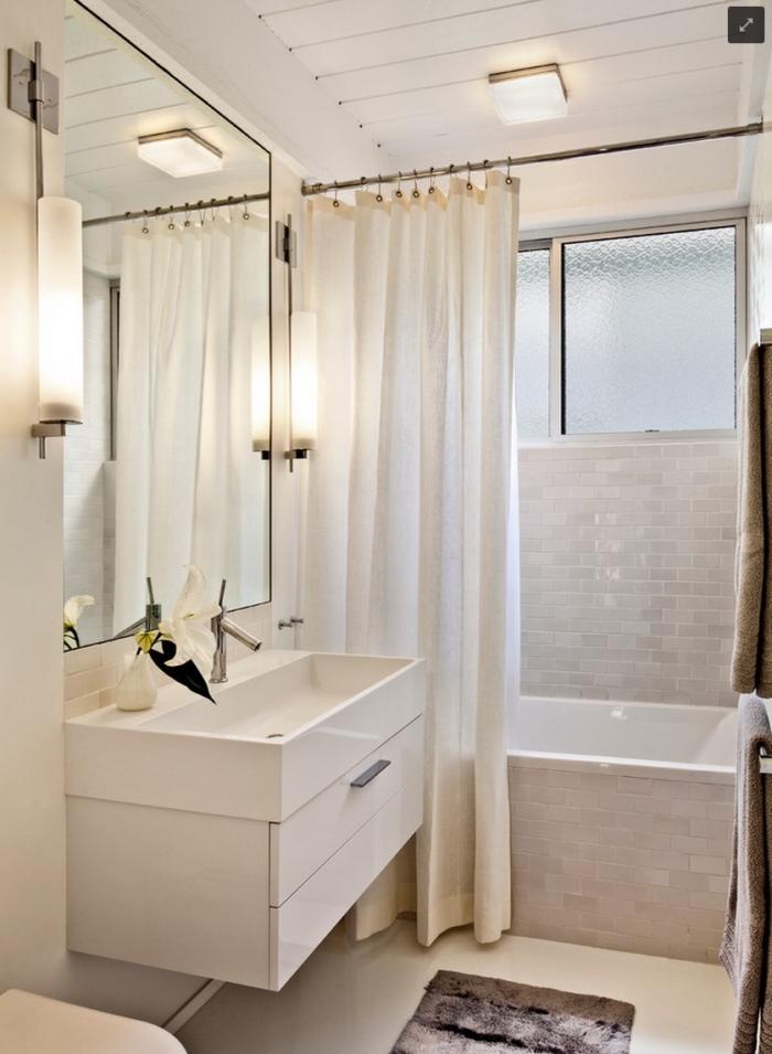 comment intégrer une petite baignoire dans salle de bain petit espace, astuce pour agrandir l'espace avec large miroir