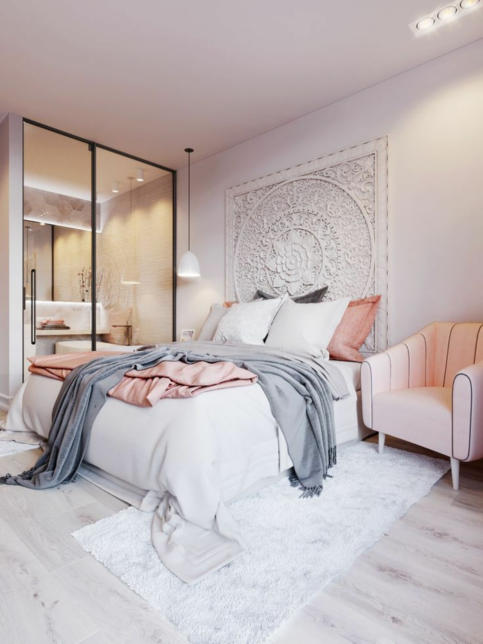verrière intérieure, deco chambre moderne, fauteuil rose, coussins gris et roses, tête de lit en textile