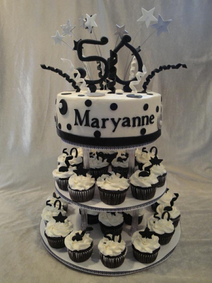 tour de cupcakes en noir et blanc, gateau cinquantième anniversaire, pièce montée d'anniversaire