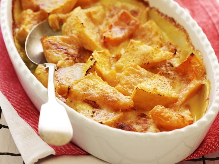 recette facile et pas cher de gratin de citrouille, de fromage et d'ail préparé dans un ramequin oval, recettes d'automne à base de courge