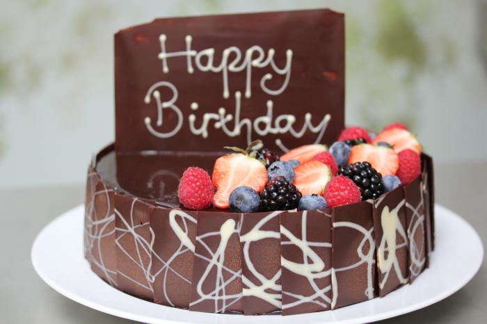 gateau anniversaire chocolat, fruits frais et gateau sculpté en chocolat deux étages et inscription