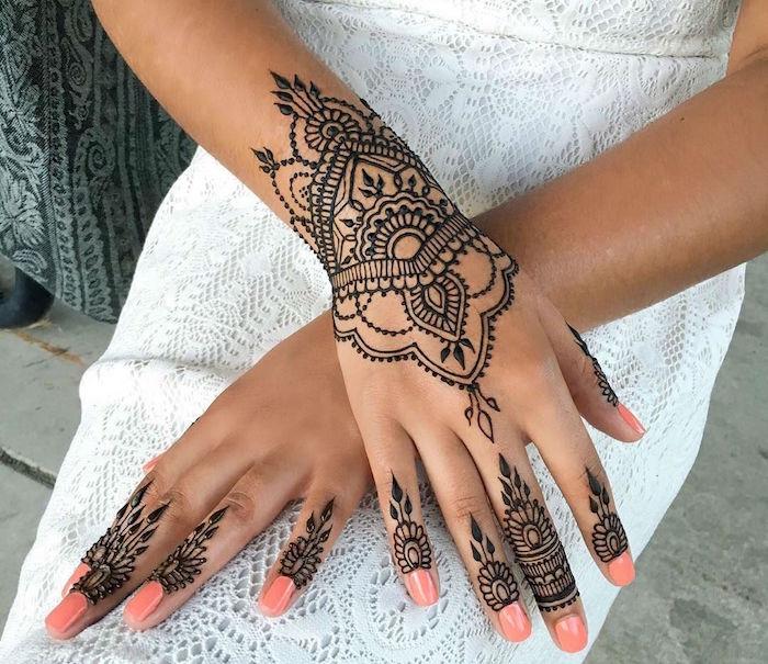 tatouage henné main style mandala sur le poignet et le bout des doigts