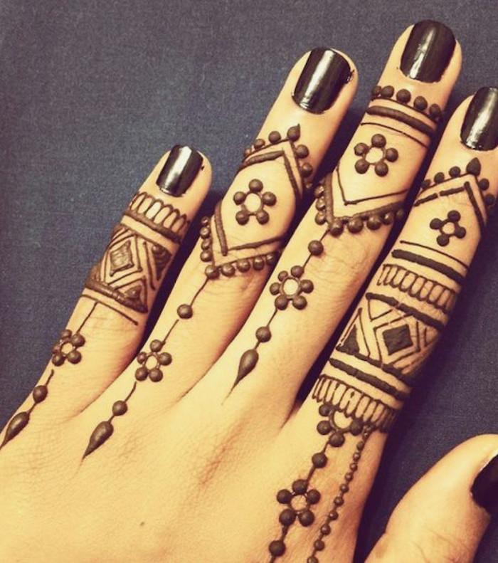 exemple de dessin style tattoo au henné sur les doigts avec lignes et points