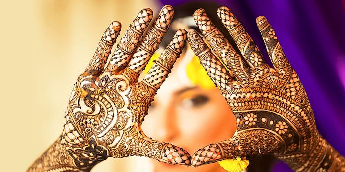 tatouage henné style dentelle sur intérieur mains entières et poignets