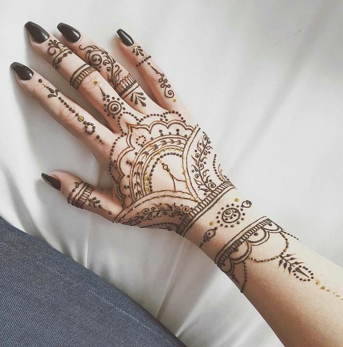 exemple de dessin au henné noir main et poignet et ongles assortis