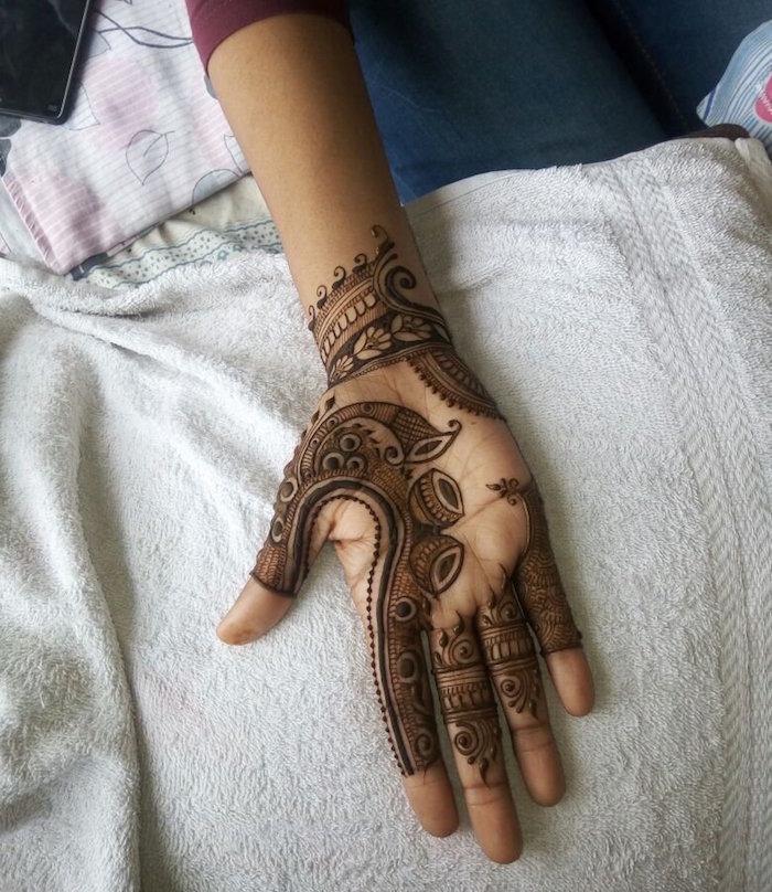 tatouage henné noir détaillé sur l'intérieur de la main et du poignet