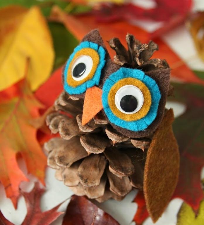 activité automne maternelle avec pommes de pin, creation en pommes de pin hiboux aux yeux, bec et ailes en feutrine