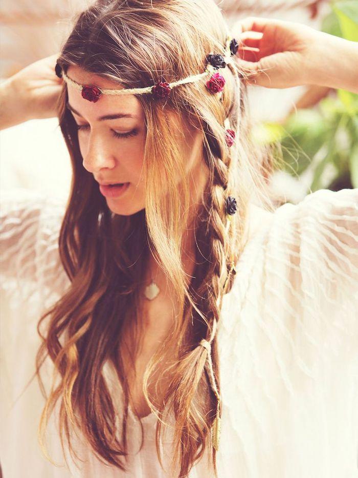 Idée coiffure cheveux long, originale idée comment coordonner la coiffure et le thème de mariage, style tribale avec tresse, une corde avec fleurs diy pour accessoire hippie
