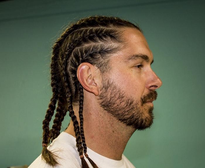coiffure homme cheveux longs avec longues tresses plaquées style nattes afro
