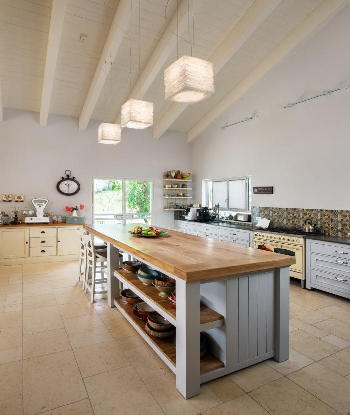 cuisine spacieuse de style rustique avec un ilot centrale aménagé en longueur équipé d'un comptoir en bois naturel