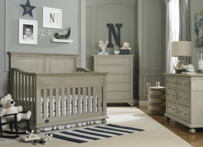 lit bébé gris, tapis gris, petit tapis rayé, photos encadrés, peinture chambre enfant grise