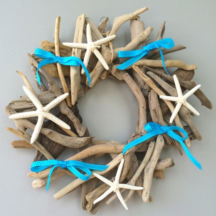 deco a faire soi mem recup, rubans bleus, brindilles de bois flotté collées en forme de couronne