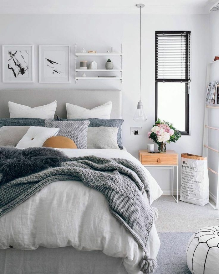 chambre grise, deco chambre moderne style scandinave, lampe suspendue, cadres peintures, chevet bois et blanc