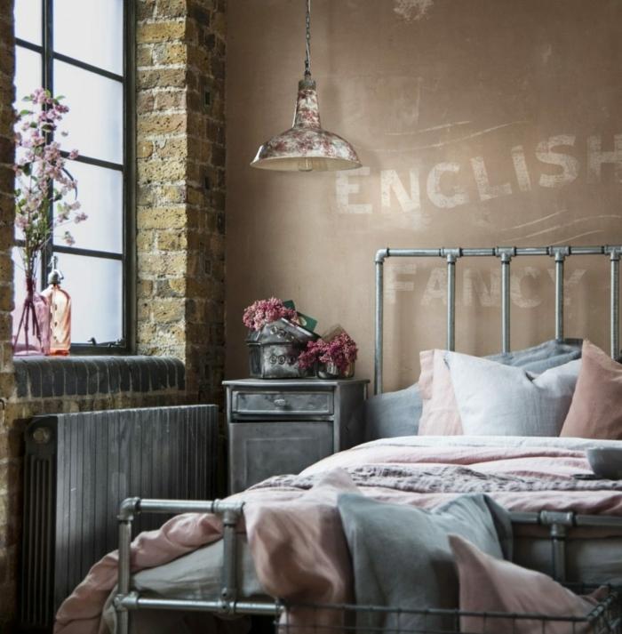 chambre esprit industriel, lampe industrielle, lit et chevet en métal, mur en briques, deco chambre moderne, fenêtre style atelier