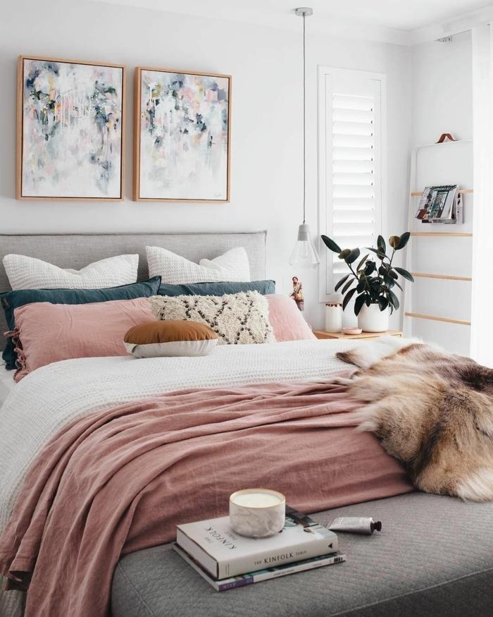 couverture rose, coussins déco, idée déco chambre parentale, rangement mural astucieux, cadres peintures abstraites
