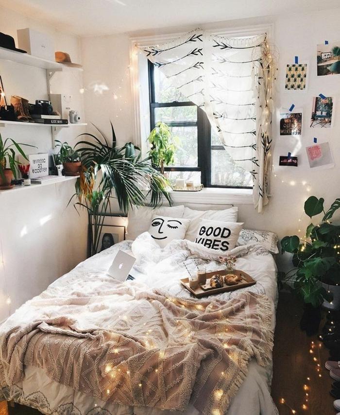guirlande lumineuse, étagères blanches, plantes vertes, rideau original, peinture murale blanche, plaid rose poudré, coussin avec script