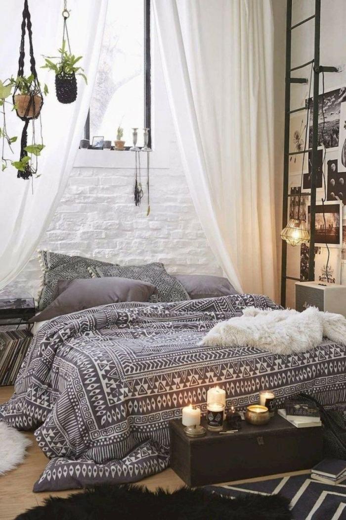 idée déco chambre parentale style boho chic, pots de fleurs suspendus, bougies allumées, échelle noire, photographies monochromes