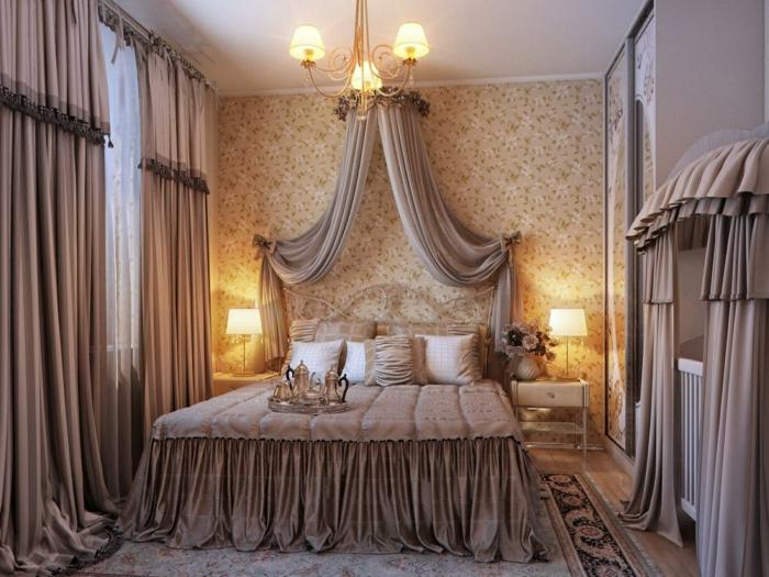 chambre vintage, plafonnier baroque, parement de lit rose taupe, rideaux taupe, papier peint neutre